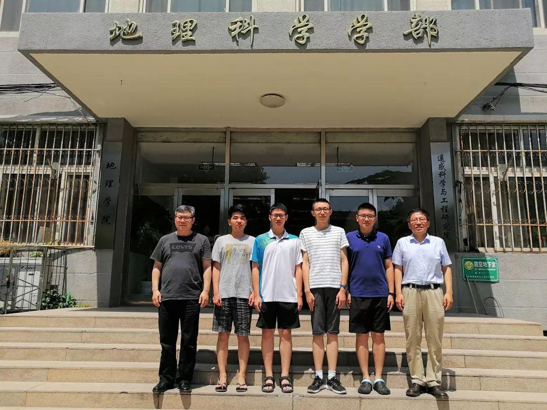 张国友副理事长、王民教授及参赛队员在北师大地理科学学部门前合影�.jpg