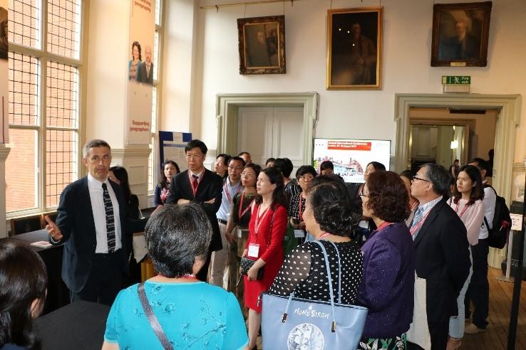 英国皇家地理学会总干事Joe Smith先生带领中国地理学会代表团参观英国皇家地理学会陈列室并作介绍.jpg