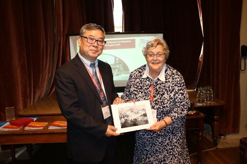 张国友秘书长代表中国地理学会接受英国皇家地理学会赠礼.jpg